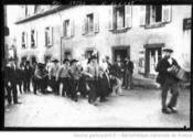 13/02/1912:cortege derriere l accordeoniste-Agence ROL-BNF