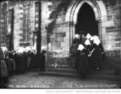 1912:Maries se rendant a l eglise-Agence ROL-BNF